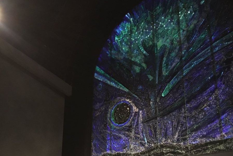Vitral 'El Universo', de Rufino Tamayo en el Planetario Alfa de Nuevo León. (Twitter @planetarioalfa, Archivo)
