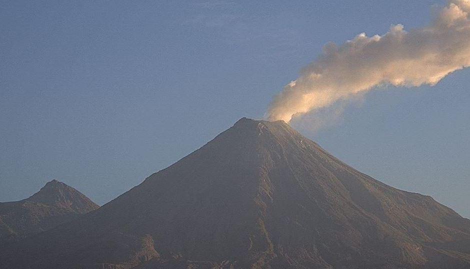 Volcán de Colima emite exhalación de mil 500 metros de altura. (Twitter7@webcamsdemexico)