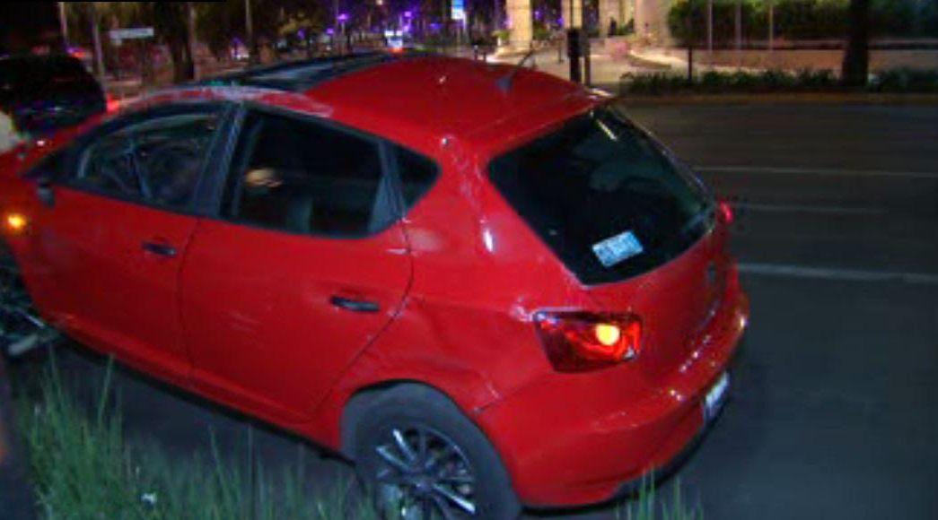 Vehículo compacto vuelca en Paseo de la Reforma, en la CDMX; el conductor se da a la fuga. (Noticieros Televisa)