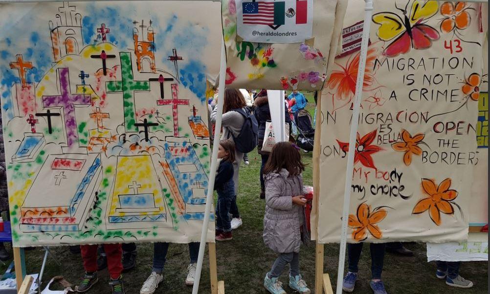 La manta de vista doble, que fue decorada durante la tarde por niños y adultos de todas las edades (Twitter/@memogmzg)