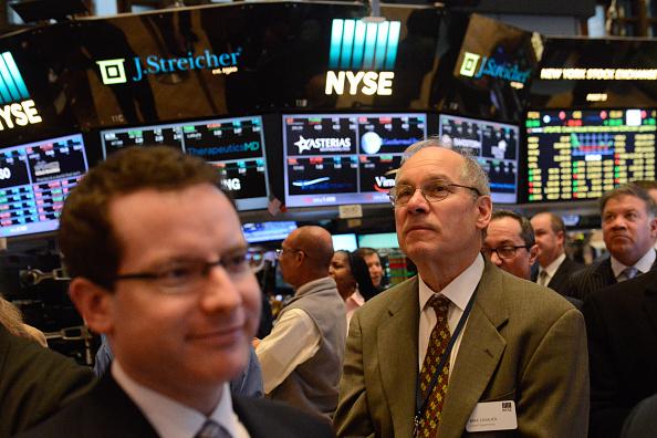 Operadores durante la apertura de sesión en Wall Street (Getty Images)