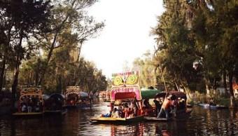 """Trajineras navegan en los canales de Xochimilco, la """"Venecia Mexicana"""", en la Ciudad de México (Getty Images)"""