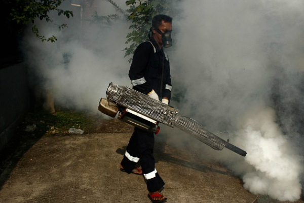 Un hombre realiza una fumigación contra los mosquitos transmisores de la enfermedad del Zika. (Getty Images/Archivo)