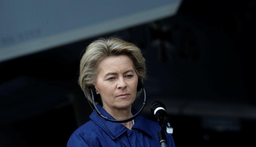 La ministra alemana de Defensa, Ursula von der Leyen, escucha a los medios de comunicación en la base aérea de Amari, Estonia. (Reuters)