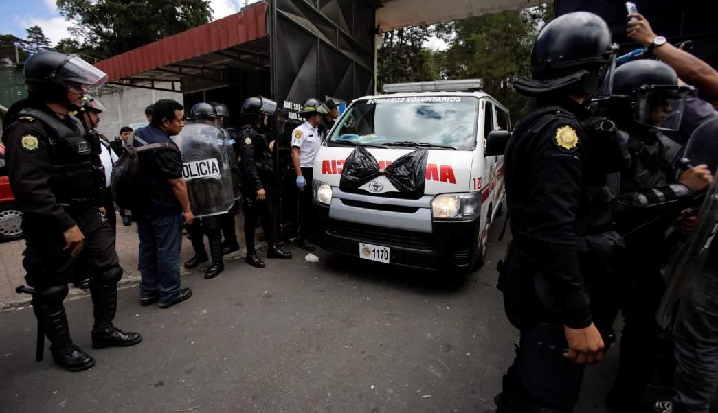 Una ambulancia saca los restos de las niñas fallecidas en un incendio en un albergue en Guatemala (Reuters)