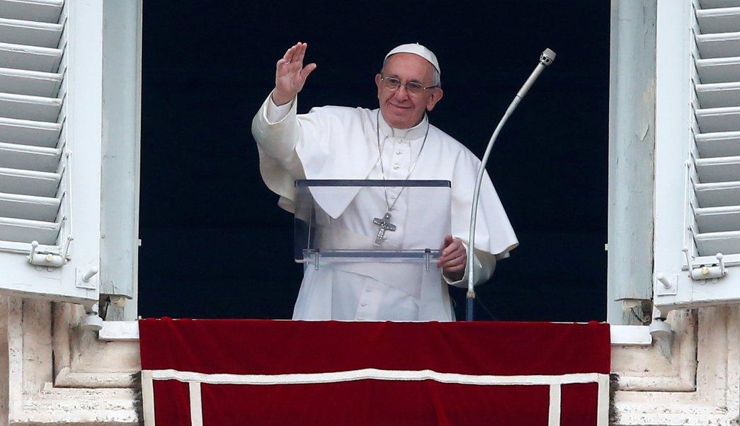El papa Francisco durante la oración del Ángelus en la Plaza de San Pedro, en el Vaticano. (Reuters)