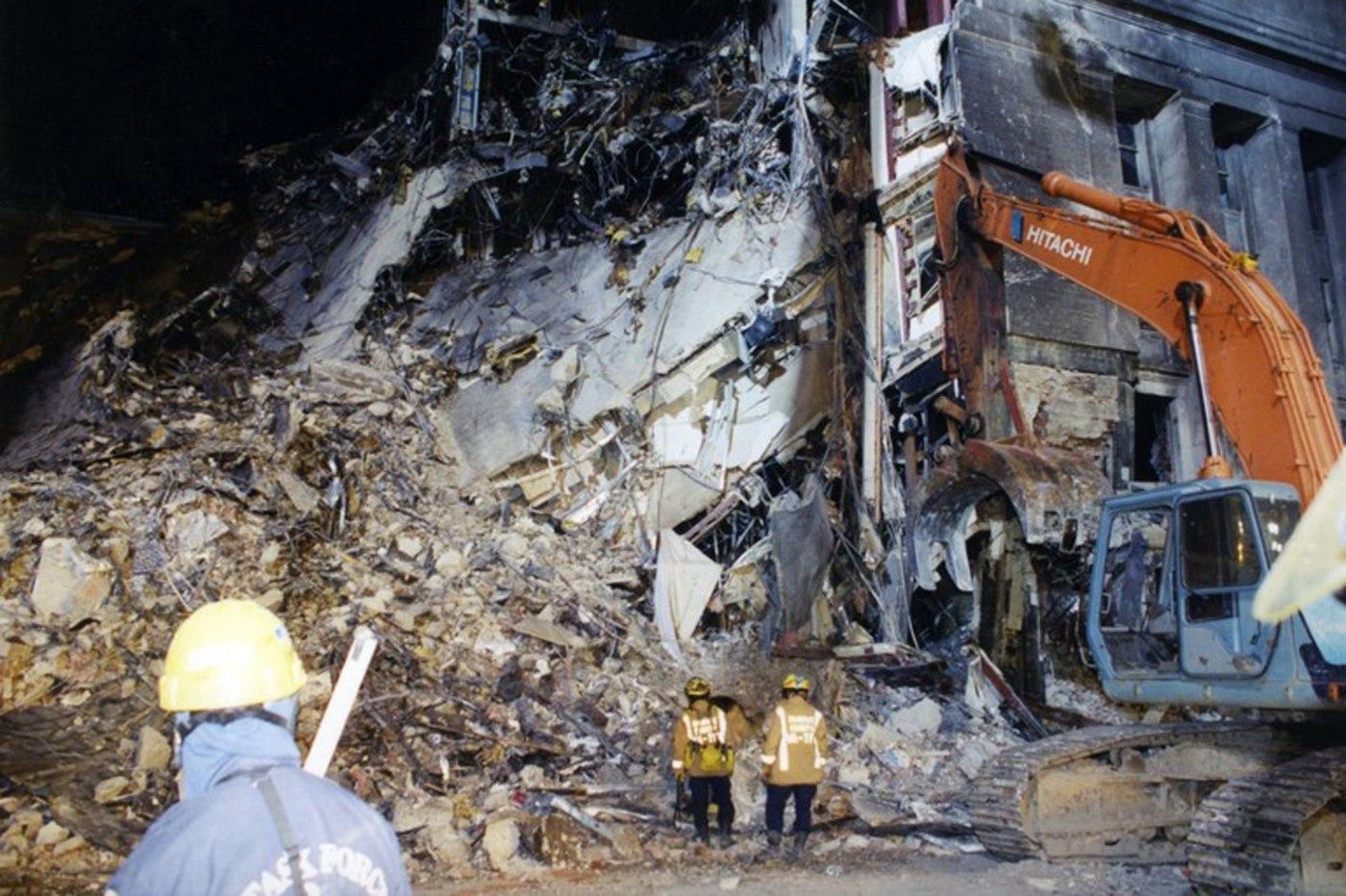 Una máquina retira los escombros en el lugar exacto donde impactó el vuelo 77 de American Airlines. (EFE)