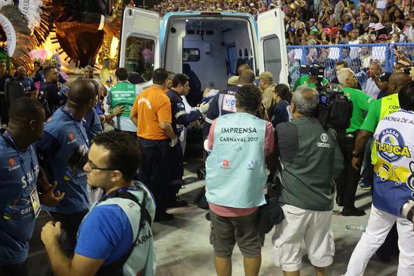 Un intérprete de la escuela de samba Unidos da Tijuca es llevado a una ambulancia después de que una de las carrozas se desplomó durante las celebraciones del Carnaval en el Sambódromo de Río de Janeiro, Brasil. (AP/archivo)