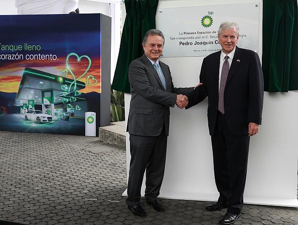 Pedro Joaquin Coldwell, secretario de Energía y Chris Sladen, president de British Petroleum Plc Mexico. (Getty Images, archivo)