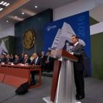 El presidente Enrique Peña Nieto recibió el Informe de Actividades 2016 del presidente de la Comisión Nacional de los Derechos Humanos, Raúl González Pérez. (Notimex)