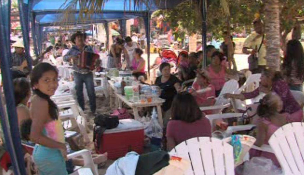 Este domingo estuvieron en la playa de Caleta, para economizar elaboraron sus propios alimentos (Noticieros Televisa)