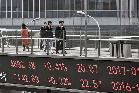 Un tablero electrónico en la calle muestra los resultados de las acciones chinas en Shanghai. (Getty Images)