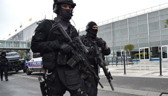 La fuerza antiterrorista francesa durante un operativo en el aeropuerto de Orly tras registrarse un incidente de violencia (Getty Images)