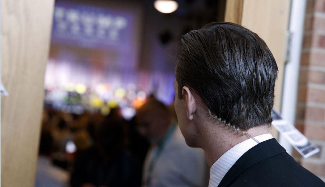Un agente del servicio secreto mira a Donald Trump durante un acto de campaña, cuando el magnate era candidato republicano a la presidencia de Estados Unidos. (AP/archivo)