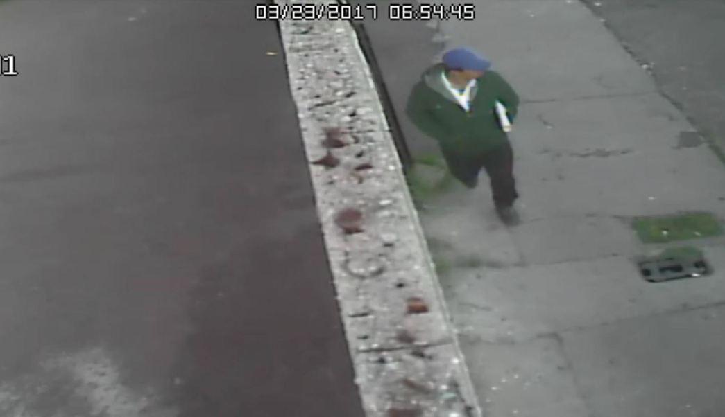 En la imagen se puede ver a un hombre que viste una sudadera de color verde, pantalón negro y una gorra azul (Fiscalía de Chihuahua)