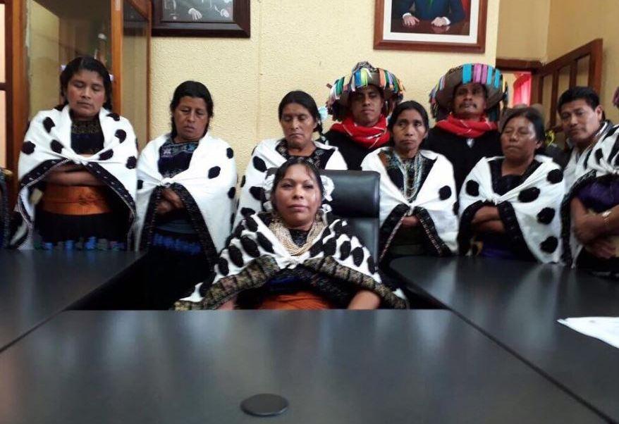 Agentes municipales tzotziles de Chenalhó, Chiapas, rechazan el regreso de Rosa Pérez Pérez a la Presidencia municipal; autoridades comunales piden que se respete el plebiscito que por Usos y Costumbres destituyó a la primera mujer indígena en gobernar ese municipio. (Twitter@judithvazquez64)