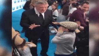 Alec Baldwin enseña a un niño a imitar a Trump. (Noticieros Televisa)