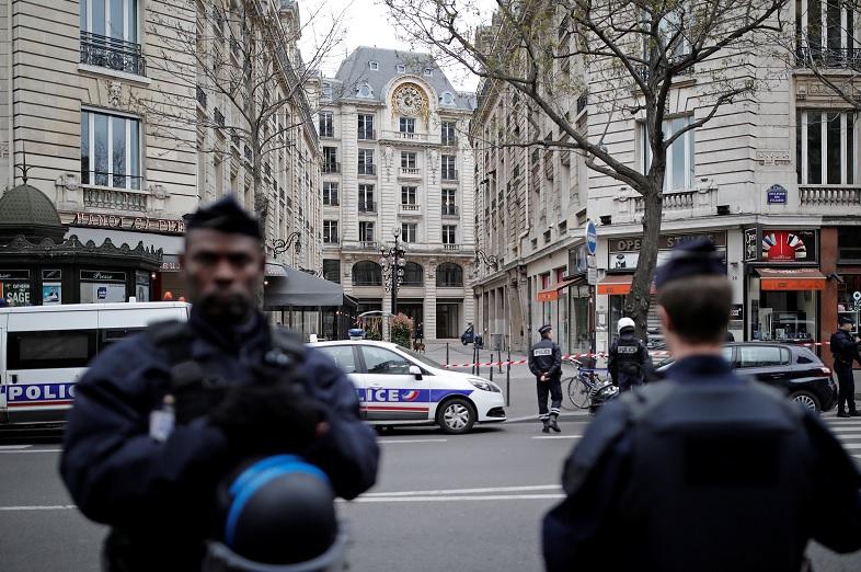 La Corte Financiera de París fue evacuada después de una llamada telefónica anónima para informar de la presencia de una bomba (Reuters)