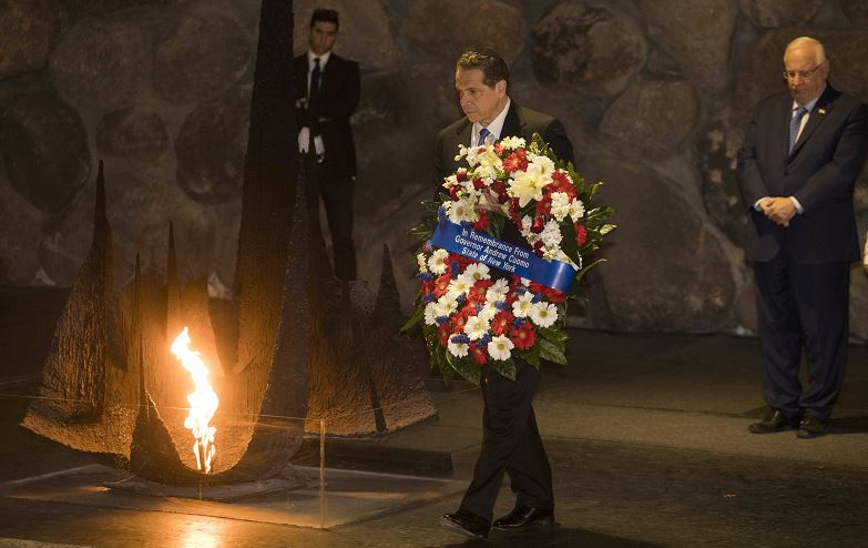 ElEl gobernador de Nueva York, Andrew M. Cuomo, deposita una corona de flores en el Salón del Recuerdo en el monumento al holocausto Yad Vashem, en Jerusalén, (AP)