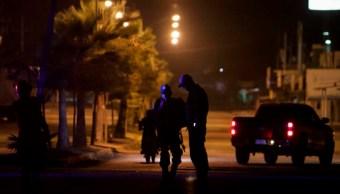 Policías de Sinaloa patrullan en Culiacán una calle cercana a donde dos personas fueron asesinadas en febrero. (AP, archivo)