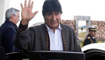 El presidente boliviano, Evo Morales, saluda a los periodistas a su llegada al aeropuerto de El Alto, Bolivia. (AP/archivo)