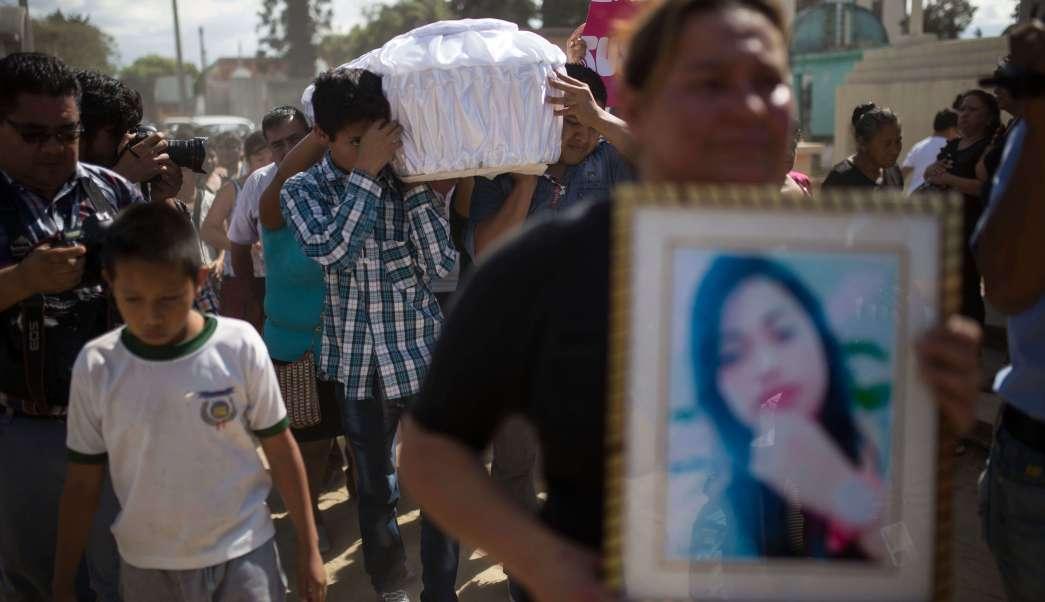 Familiares y amigos cargan el ataúd que contiene los restos de una de las niñas que murió en un incendio en la Virgen del Hogar Seguro de la Asunción,