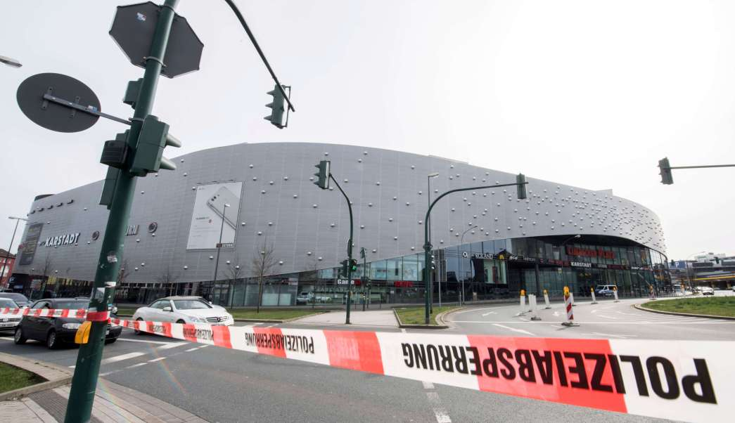 La policía ha ordenado que el centro comercial de Essen no se abra después de recibir advertencias creíbles de un ataque terrorista inminente. (AP)
