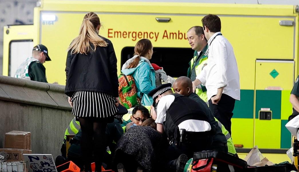 El personal de los servicios de emergencia proporciona atención médica en los alrededores del Parlamento en Londres. (AP)