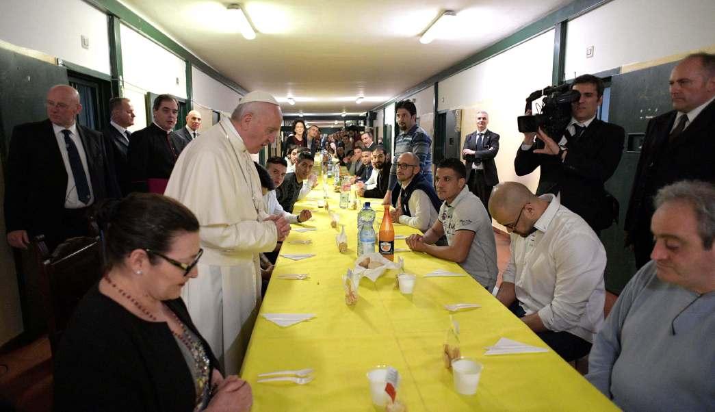El papa Francisco reza antes de almorzar con prisioneros en la penitenciaría de San Vittore, en Milán. (AP)