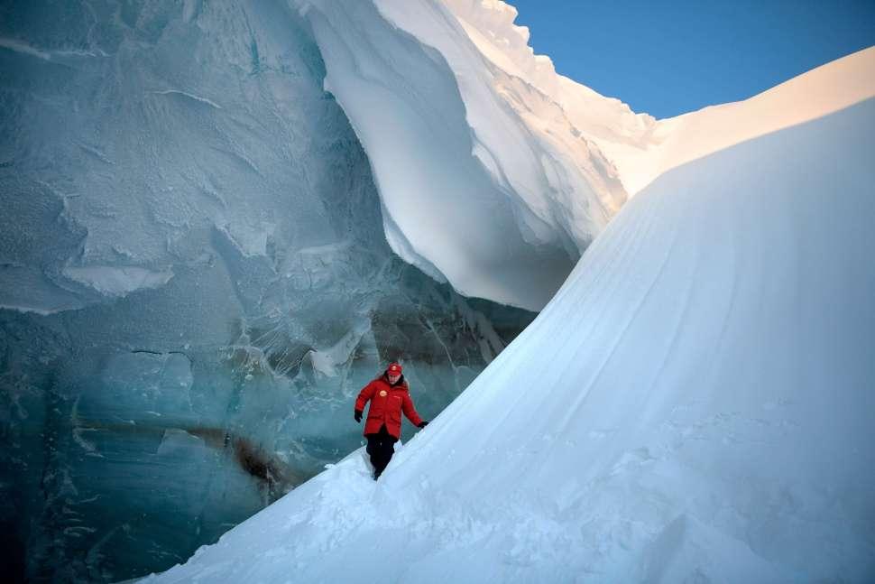 El presidente ruso, Vladimir Putin, inspecciona una grieta en un glaciar en el archipiélago de Franz Josef Land en la Rusia Ártica. (AP)
