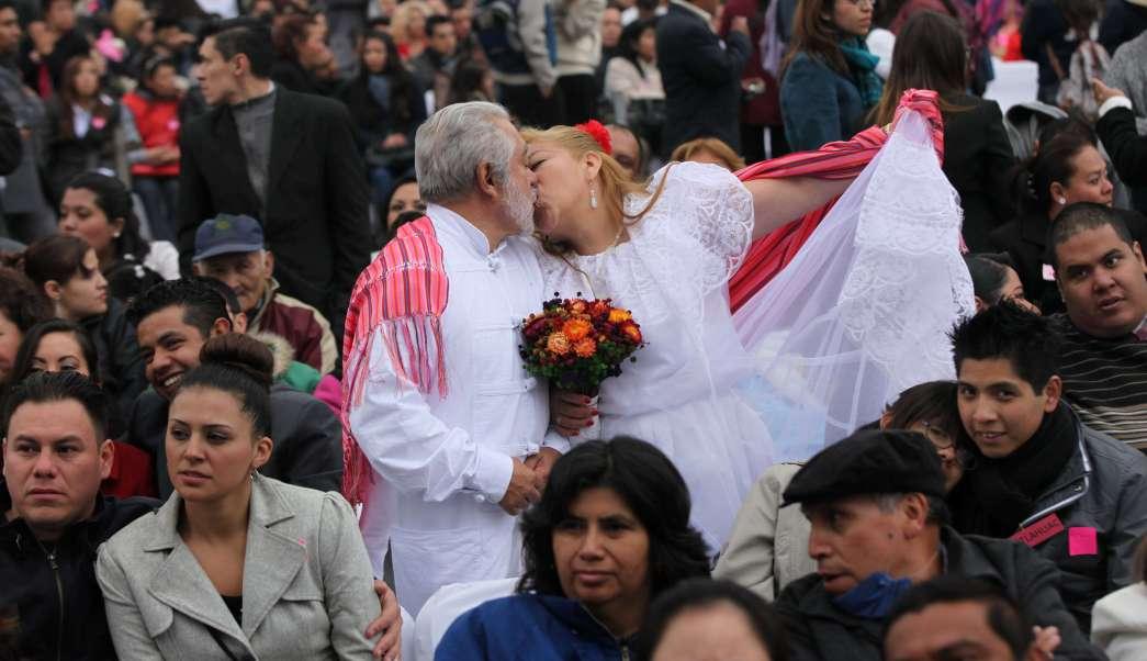 Jaime Vega y Alicia Garcíase besan después de casarse junto a 1,690 parejas el día de San Valentín en el Zócalo de la Ciudad de México (AP/archivo)
