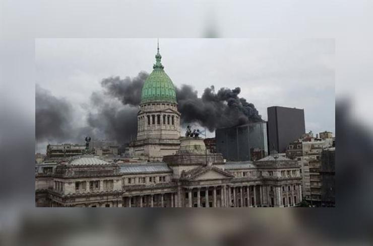 Los legisladores abandonaron el anexo de la Cámara de Diputados, un edificio de construcción moderna y con amplios ventanales situado en el centro de Buenos Aires. (@laballesta_ar)