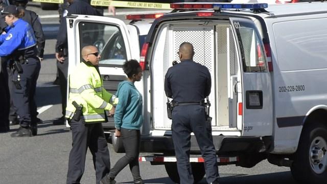 La policía dice que una conductora golpeó un crucero de la Policía del Capitolio de Estados Unidos y fue puesta bajo custodia (AP)