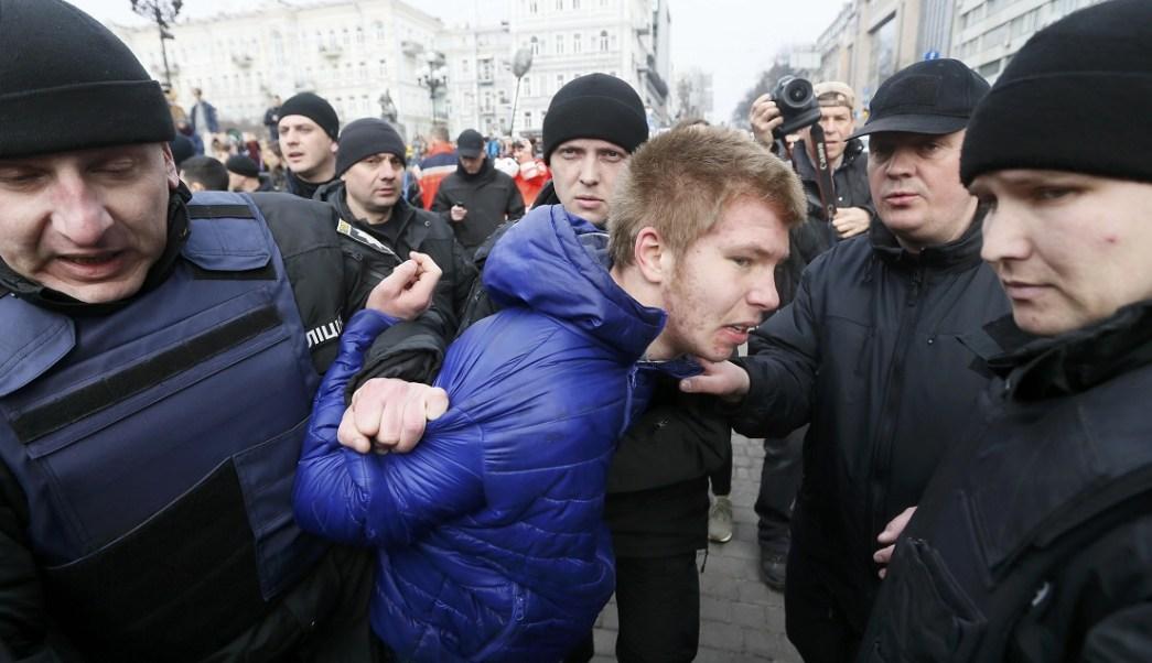 Un joven es detenido en Kiev, Ucrania, por atacar a integrantes de una manifestación de mujeres contra la violencia (Reuters)