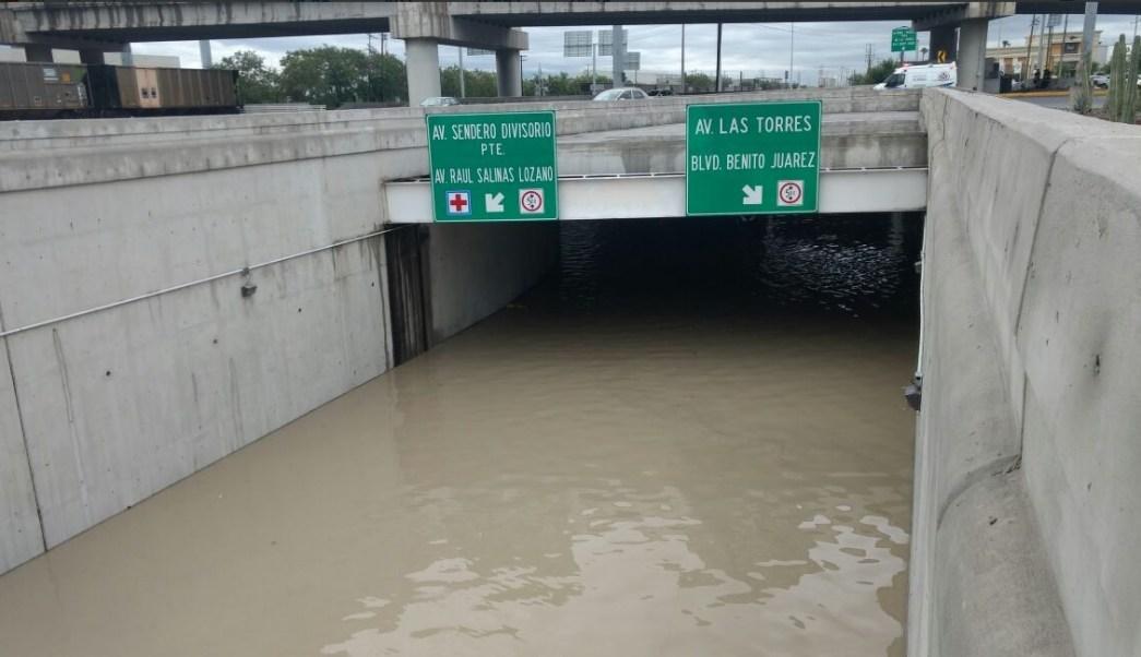 Lluvia afecta el desnivel de Manuel L. Barragán y Sendero, San Nicolás; las precipitaciones colapsan varias zonas del área metropolitana de Monterrey (Twitter @LeydaEstradat)