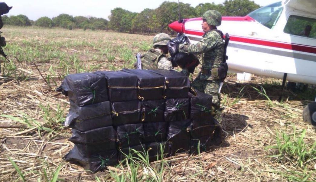 La avioneta aterrizó por una supuesta falla mecánica y fue abandonada por sus ocupantes en un sembradío de caña. (Noticieros Televisa)