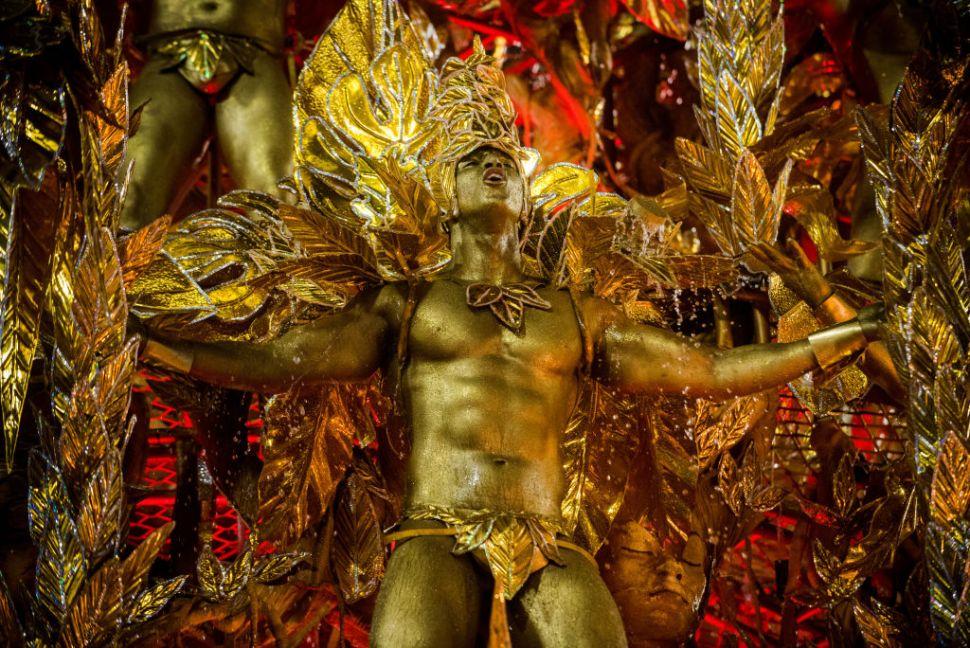 Bailarines de la escuela de samba Portela desfilan en el Sambódromo. (Getty Images)