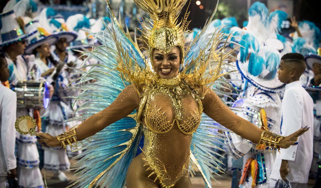 Bailarines de la escuela de samba Portela desfilan en el Sambódromo.