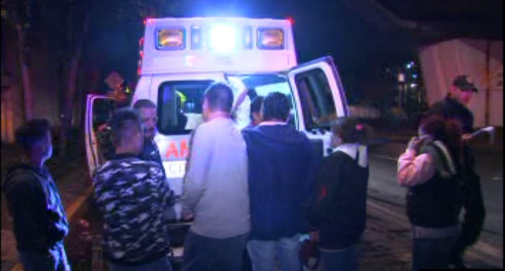 Vecinos ayudan a una persona que fue alcanzada por una bala en la colonia Morelos (Noticieros Televisa)