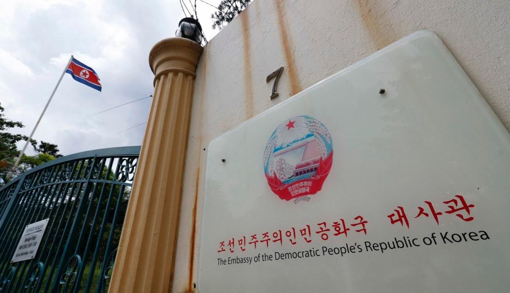 Bandera de Corea del Norte revolotea dentro de su embajada en Kuala Lumpur, Malasia. (AP)