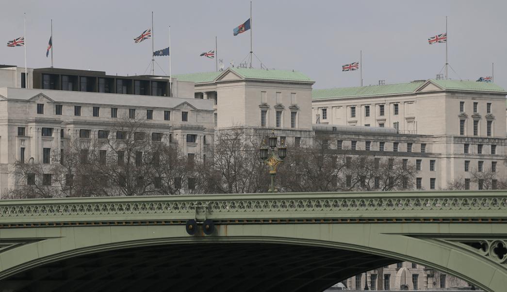 Banderas ondean a media asta en el edificio de Defensa y otros inmuebles gubernamentales en Londres. (AP)