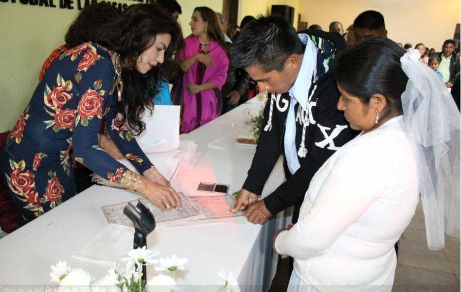 La boda civil estuvo a cargo del DIF municipal de San Cristóbal de las Casas y el acto se realizó en el Centro de Convenciones de la ciudad (Facebook/ DIF San Cristobal)