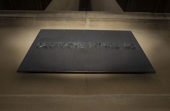 Un placa situada en el exterior de la Bolsa de Frankfurt, operada por Deutsche Borse. (Getty Images)