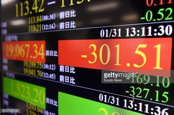 Tablero de la Bolsa de Tokio, indica retroceso en las acciones. (Getty Images)