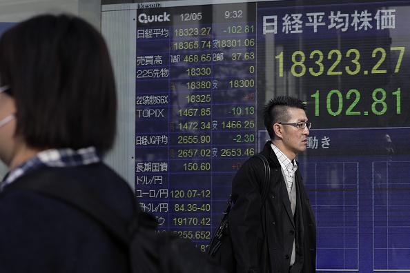 Resultados de la Bolsa de Tokio en un tablero electrónico. (Getty Images)