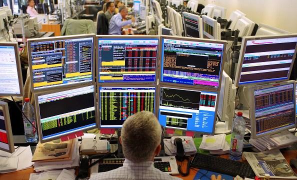 Operadores del mercado bursátil de parís durante la jornada accionaria (Getty Images)