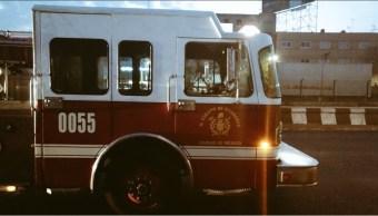 Bomberos de la Ciudad de México acuden con tres vehículos para controlar conato de incendio en una fábrica de galletas en la Delegación Azcapotzalco (Twitter @alertasurbanas)