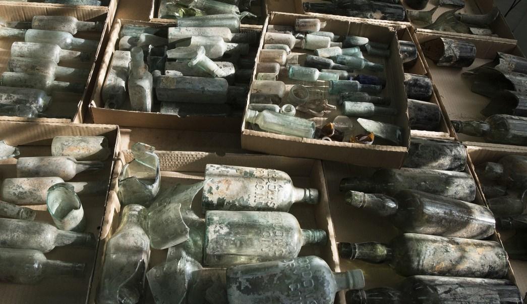 Arqueólogos de Israel descubren cientos de botellas de licor cerca de un edificio donde soldados británicos en 1917 (AP)