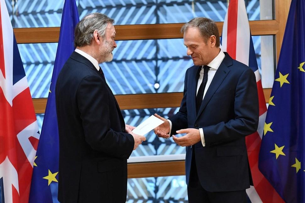 Tim Barrow entrega la carta para activar el Artículo 50 a Donald Tusk. (Reuters)
