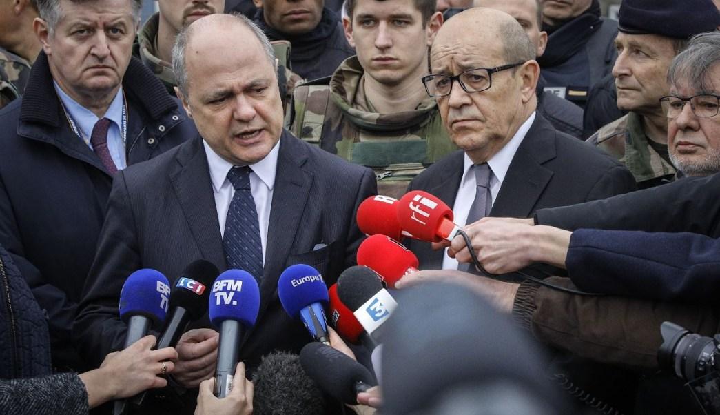 Bruno Le Roux, ministro del Interior, y Jean-Yves Le Drian, ministro de Defensa, dieron una conferencia de prensa en el aeropuerto Orly. (AP)